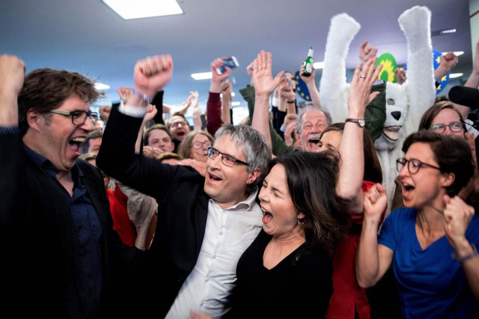 Michael Kellner (e.v.l.), Sven Giegold, Annalena Baerbock und Hannah Neumann jubelten nach der Bekanngabe der ersten Prognose der Europawahl.