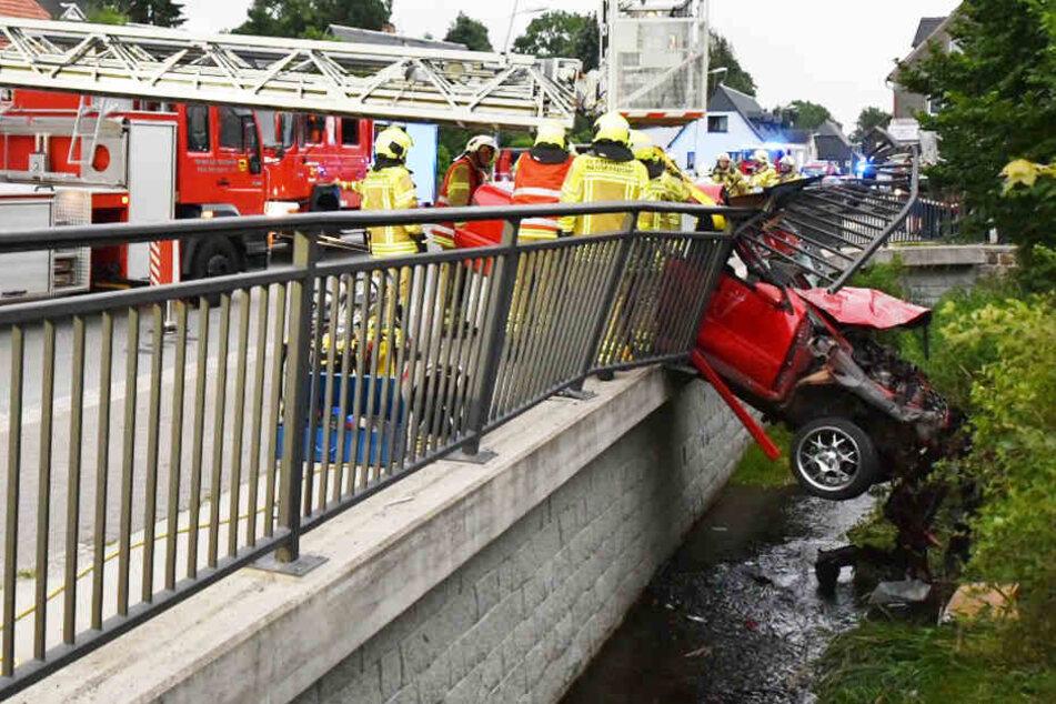 29-Jähriger kracht mit Auto durch Brückengeländer und bleibt über Fluss hängen