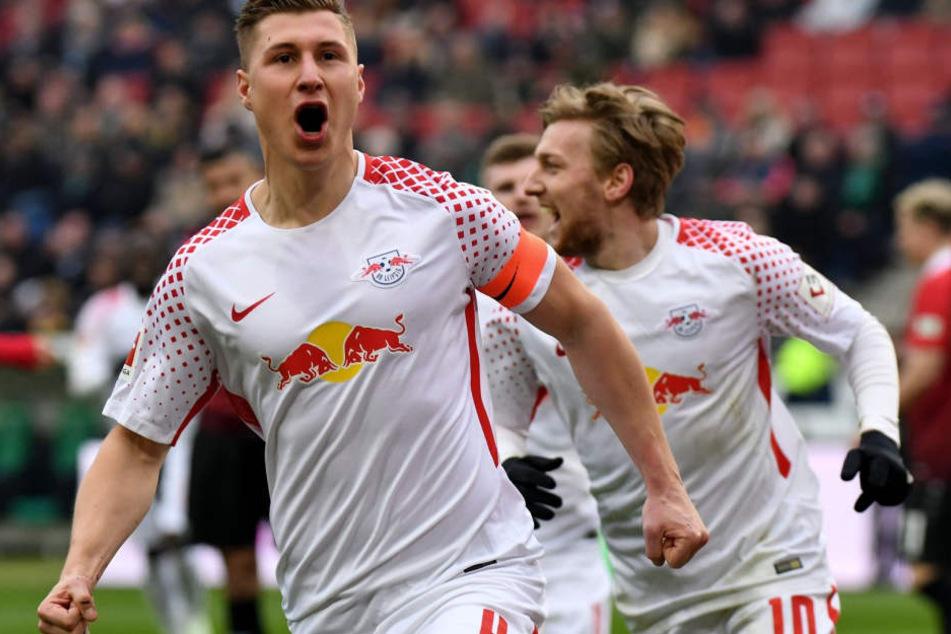 Ein Foto aus dem März: RB Leipzig feierte dank Toren von Kapitän Willi Orban (l.), Emil Forsberg (r.) und Yussuf Poulsen einen 3:2-Sieg in Hannover.