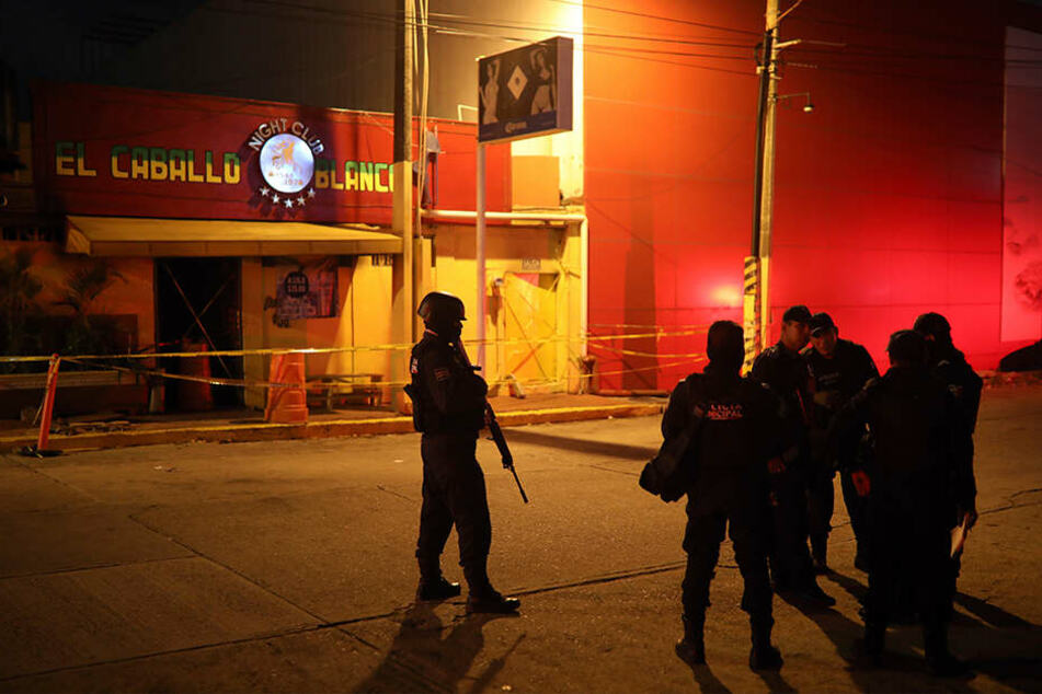 Offenbar bei einem Brandanschlag auf eine Table-Dance-Bar sind in der mexikanischen Hafenstadt Coatzacoalcos mindestens 23 Menschen getötet worden.