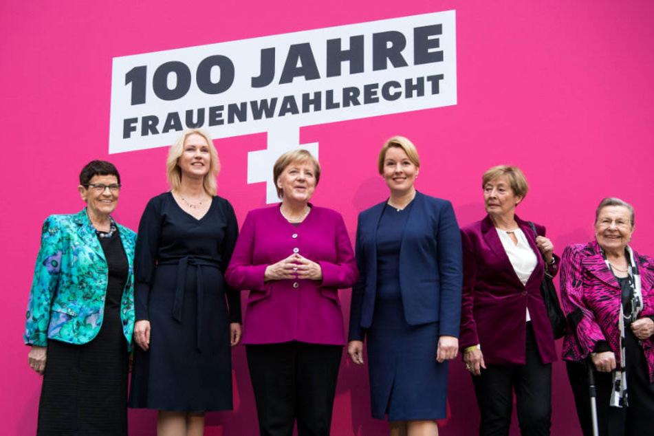 Rita Süssmuth, Manuela Schwesig, Angela Merkel, Franziska Giffey, Christine Bergmann und Ursula Lehr beim Festakt zu 100 Jahre Frauenwahlrecht in Berlin.
