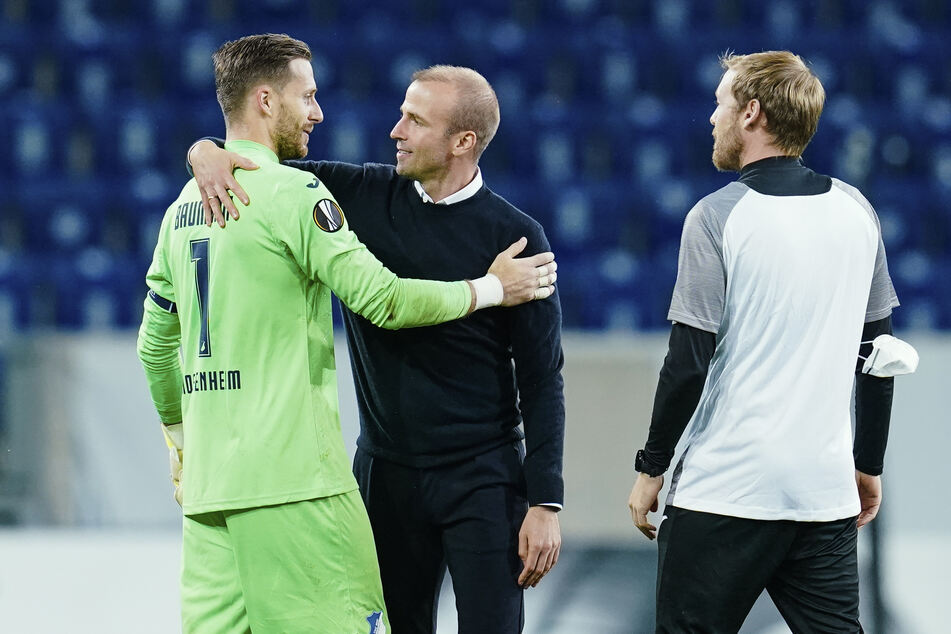 Oliver Baumann (l, 30) leitete mit seinem gehaltenen Elfmeter den Sieg der Hoffenheimer ein. Trainer Sebastian Hoeneß wusste, wo er sich zu bedanken hatte.