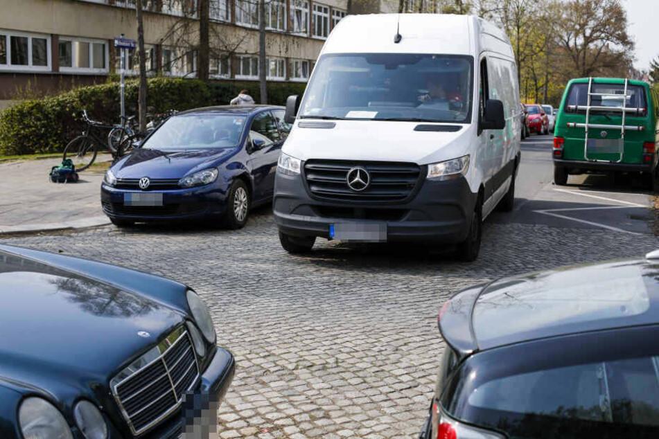 An der Kreuzung Hohnsteiner Straße/ Forststraße wird's eng: Hier darf beidseitig geparkt werden, die Straße ist aber sehr schmal.
