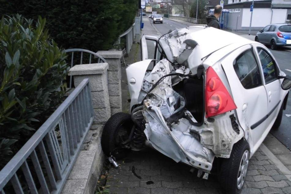 Das Auto wurde völlig demoliert.