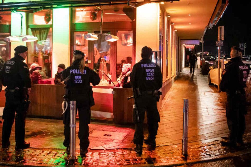 Polizisten bei einer Razzia. (Symbolbild)