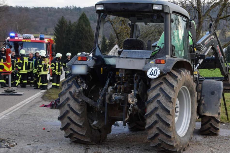 Traktor kippt um und begräbt Fahrer unter sich