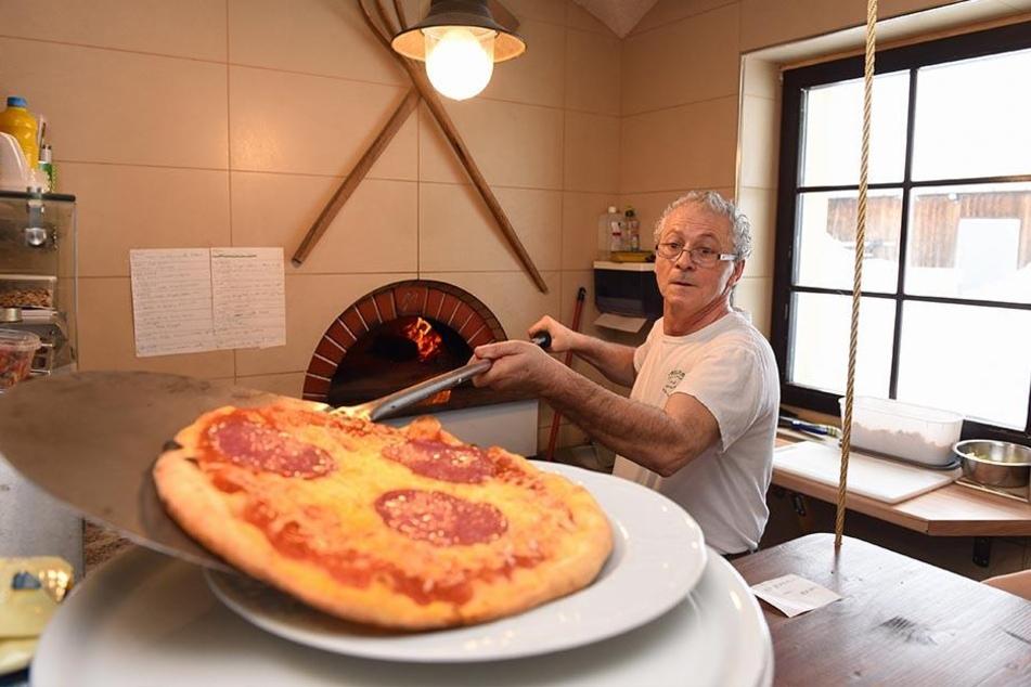 Pizza und Bäcker sind echt italienisch: Giuseppe Seminara (62) kommt aus Palermo. Die Hotelküche teilt er sich mit deutschen Kollegen.
