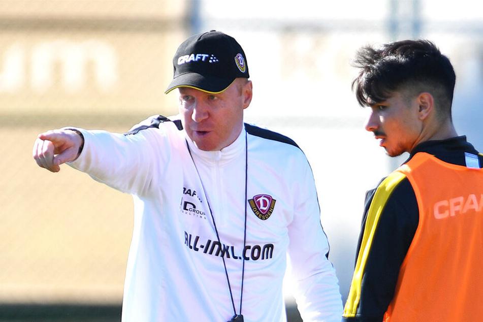 Dynamo-Coach Maik Walpurgis (l.) weist Osman Atilgan die Richtung. Das Dynamo-Talent konnte im Camp durchaus Eigenwerbung betreiben.