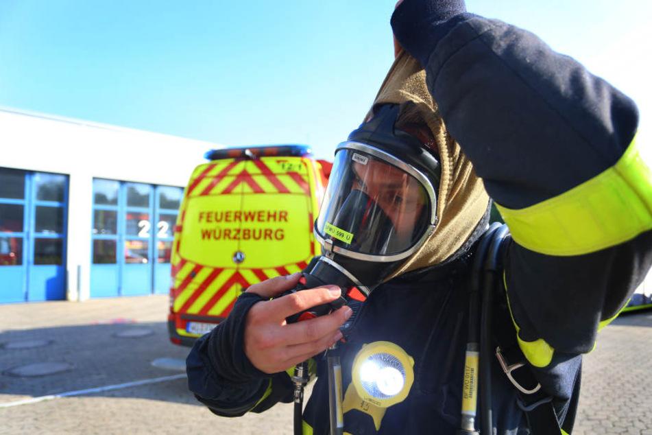 Bei sommerlichen Temperaturen kommen Feuerwehrmänner zusätzlich ins Schwitzen.