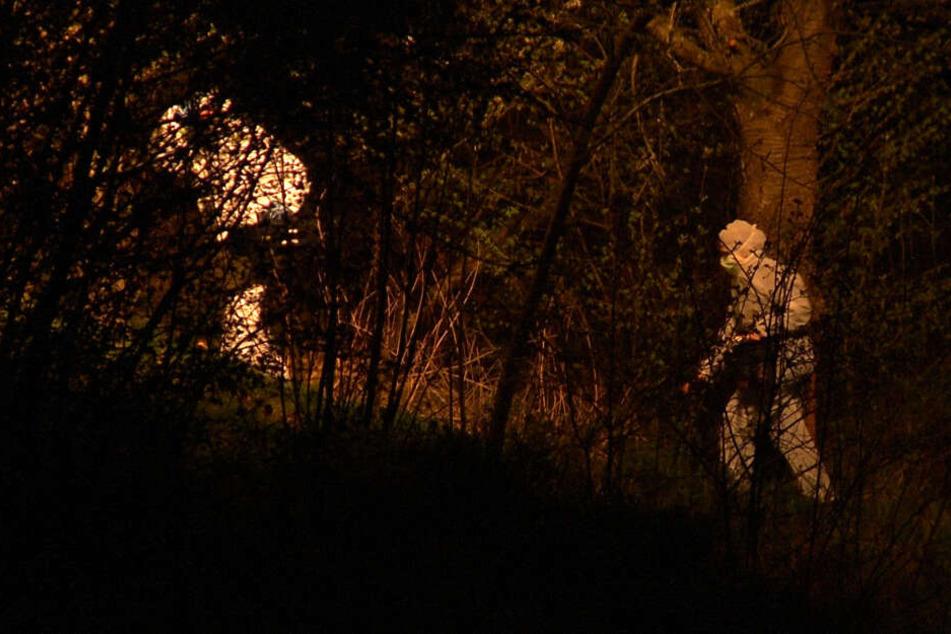 Die komplette Nacht hindurch suchte die Polizei nach Hinweisen am Fundort.