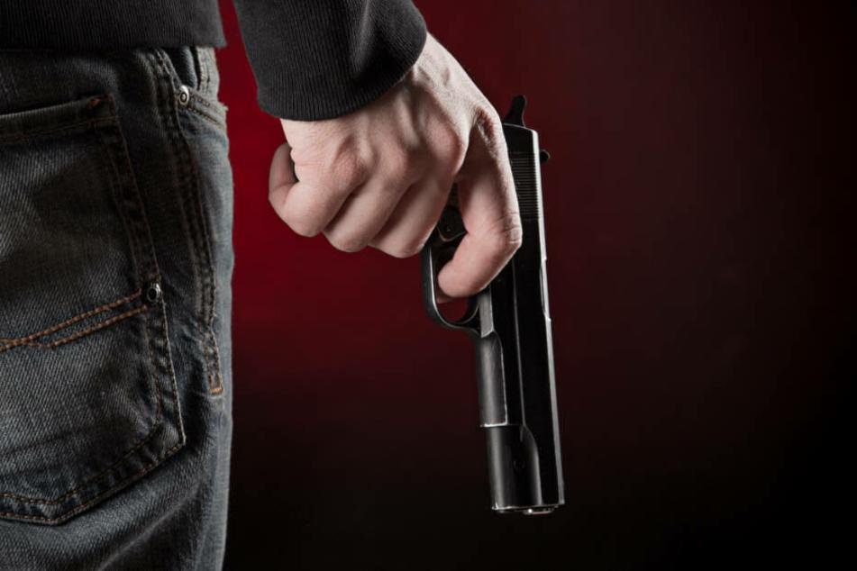 In einer Wohnung und einem Auto der beiden Festgenommenen fand die Polizei zwei scharfe Waffen (Symbolbild).