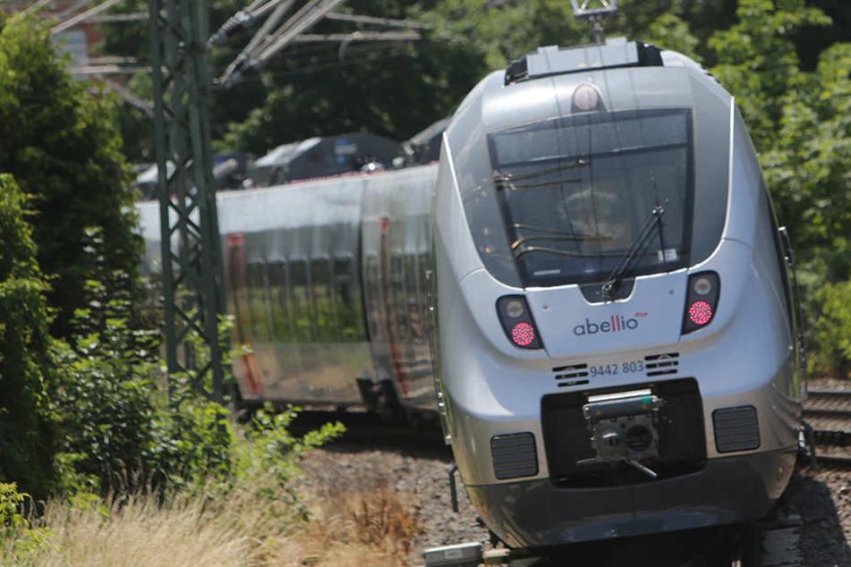 Ein Regional-Zug von Kassel nach Halle (Saale) wurde am Samstagabend von Hallenser Fans verwüstet.