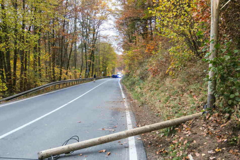 Der Mast war nach dem Crash in zwei Teile zerbrochen.