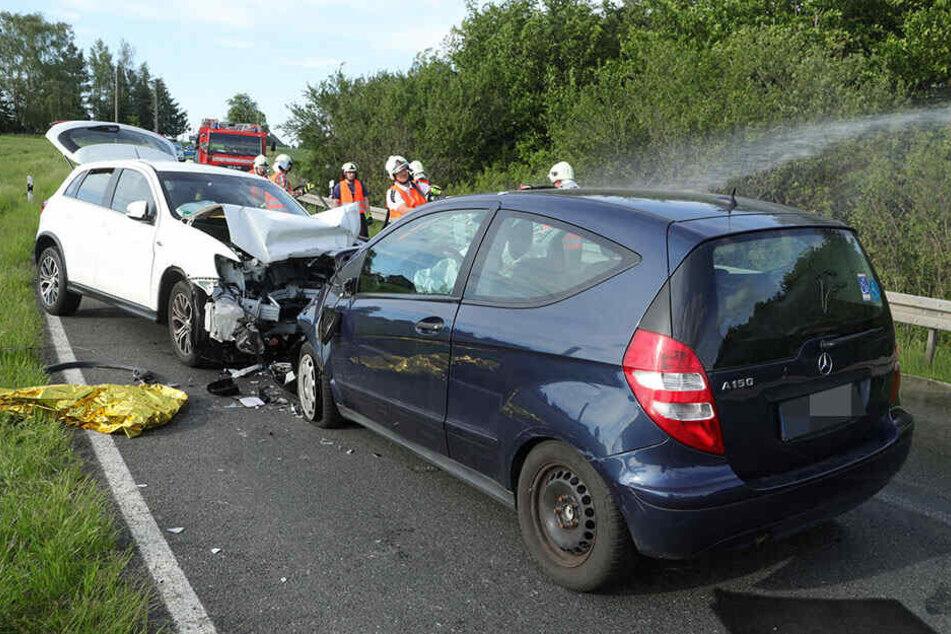 Ein Mitsubishi und ein Mercedes prallten frontal zusammen.