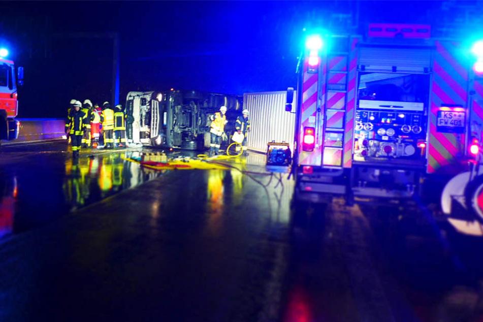 Fahrer und Beifahrer des Lkws wurden eingeklemmt und verletzt.