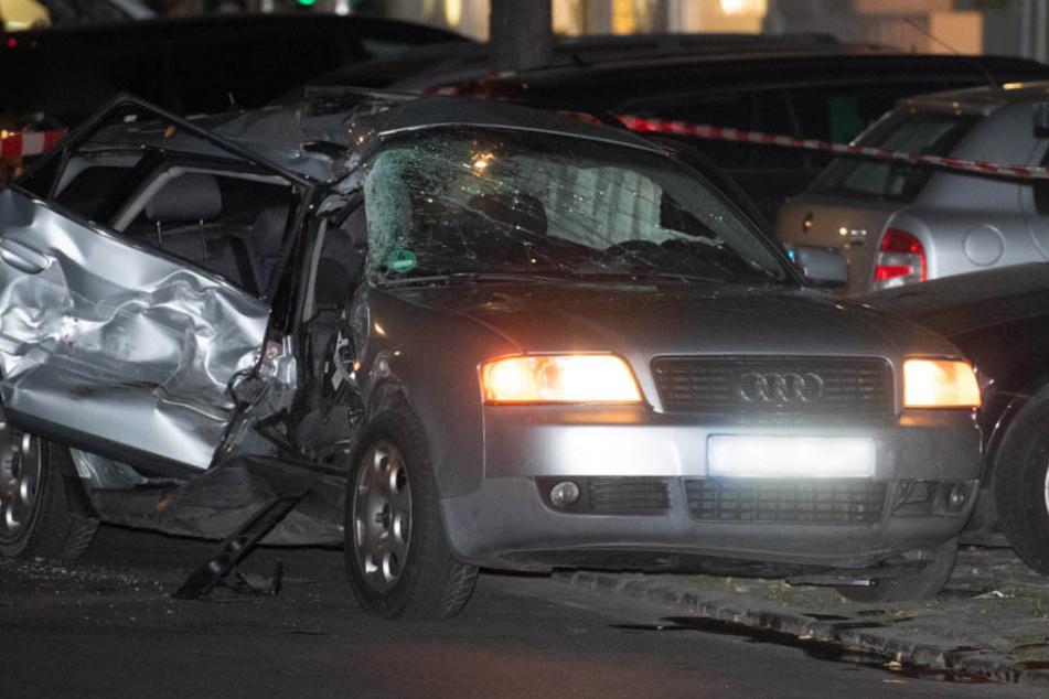 Das stark beschädigte Fuchtauto steht am Straßenrand.