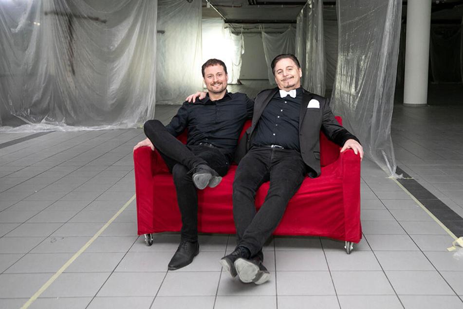 Probesitzen im künftigen Braut-Paradies: Tüll-und-Tränen-Matador Uwe Herrmann (57, r.) mit Sohn Philipp (30).