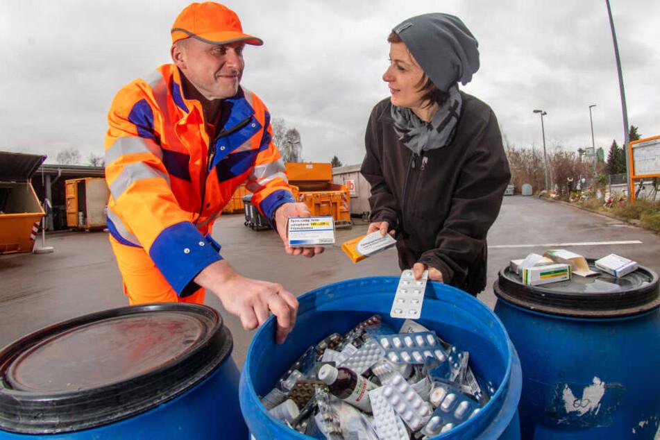 Mirko Lenk (52) zeigt ASR-Mitarbeiterin Anja Rybol (39) auf dem Wertstoffhof an der Blankenburgstraße, wo alte Medikamente entsorgt werden.