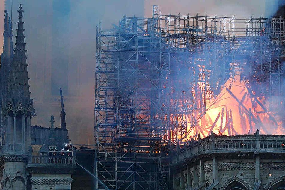 Ein Anblick der schmerzt. Der brennende Dachstuhl der Kathedrale von Notre-Dam.