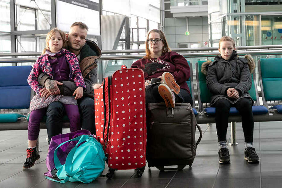 Überraschungs-Urlaub für Emily (11) und Chloe (7) geplatzt: Mama Nicole Couzens (33) und Papa Sandro Schulze (35) fuhren im Auto zurück nach Brandenburg.