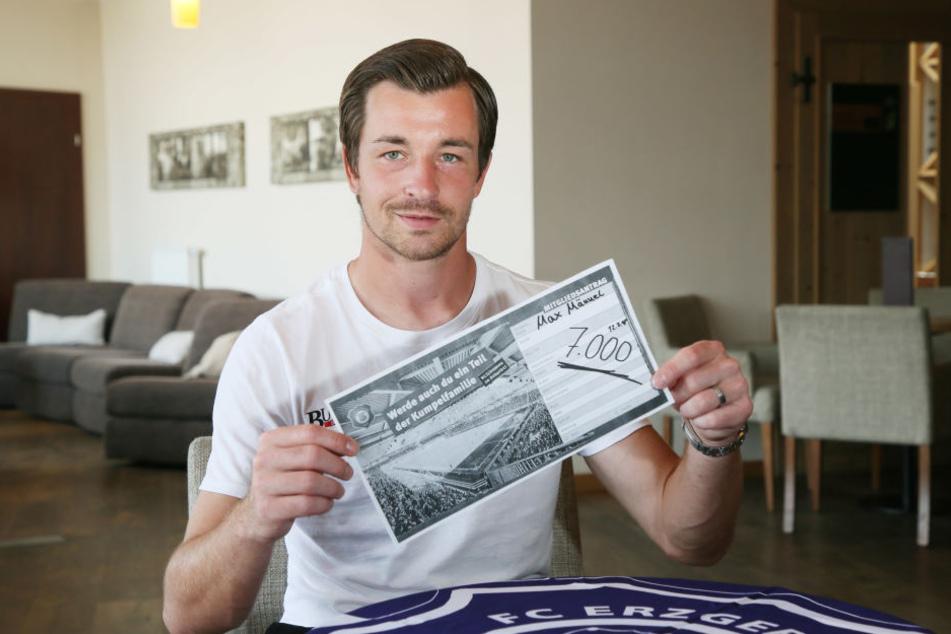 Mitglied Nummer 7000! Im Camp unterschrieb Martin Männel den Antrag für seinen Sohn Max.