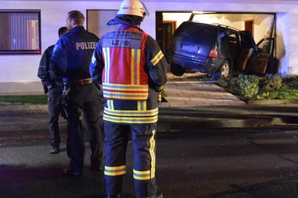 Auto kracht in Haus: Fünf Menschen verletzt