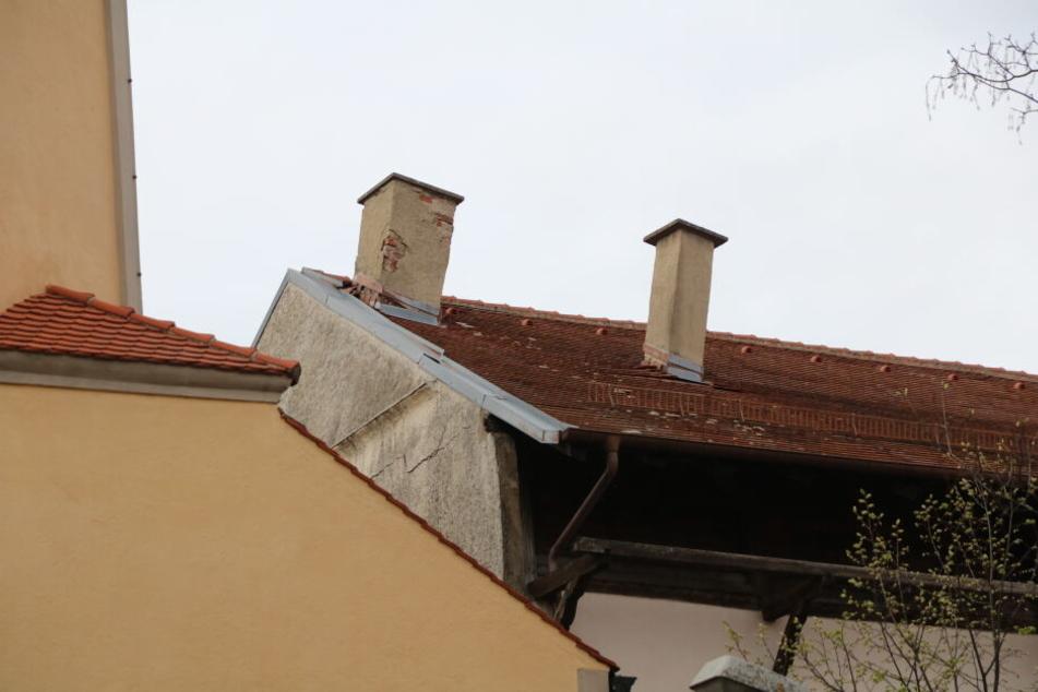 Der schiefe Kamin lässt erahnen, wie baufällig das Dach des Hauses ist.