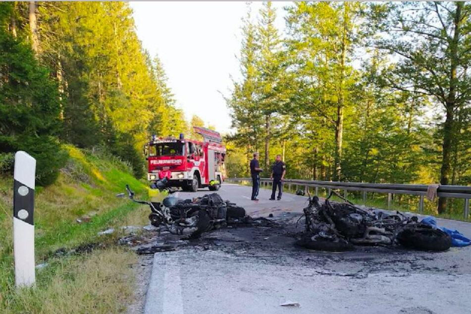 Die Motorräder gingen durch den Zusammenstoß in Flammen auf.