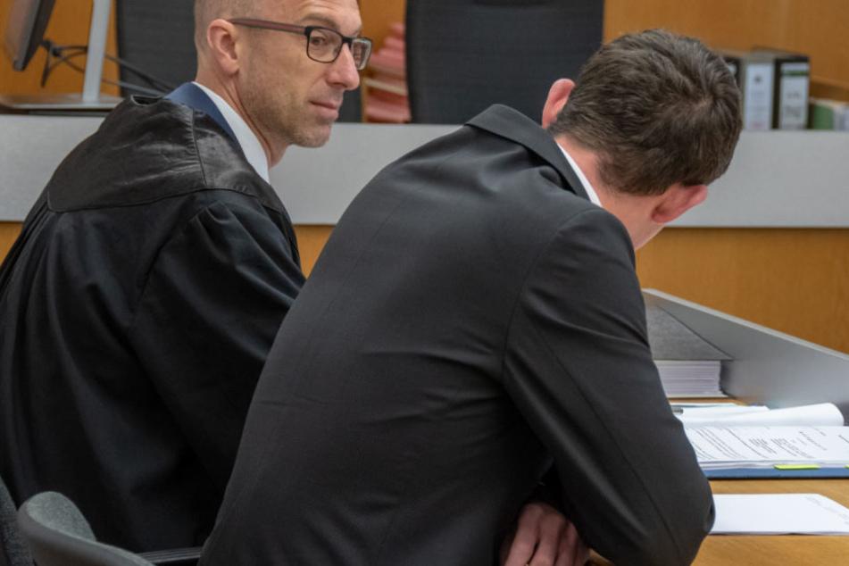 Der Angeklagte (r.) steht in Landshut wegen versuchten Totschlags vor Gericht. (Archivbild)