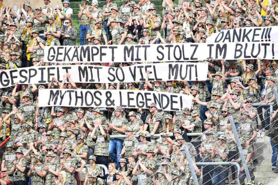 Die Dynamo-Fans im Block in Karlsruhe.