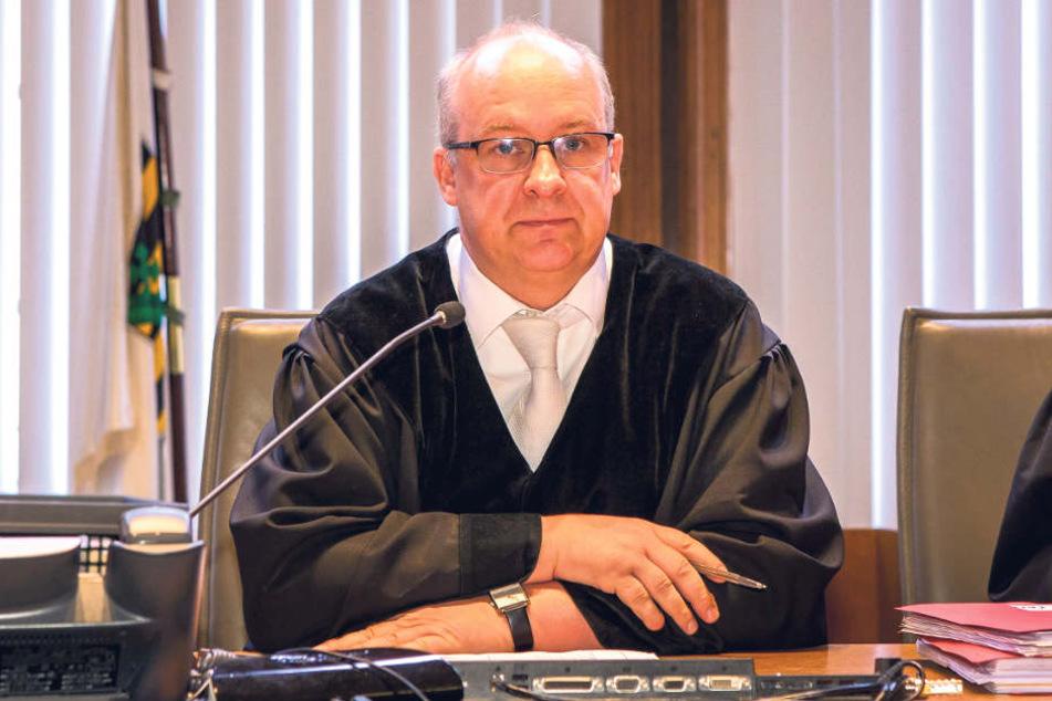 Nicht zu beneiden: Der Vorsitzende Richter Michael Dahms muss einen überaus verwirrenden Kriminalfall um das geheime Hawala-Banking von Migranten aufklären.