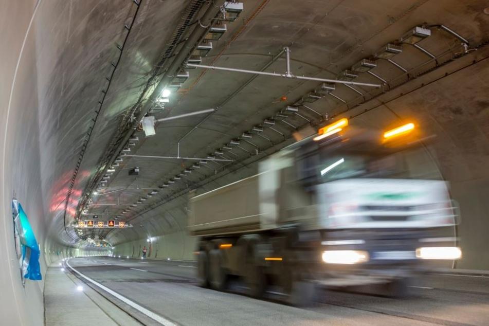 Ein polnischer Lkw-Fahrer ist am Montagvormittag mit fast zwei Promille durch die Tunnelkette der A71 im Thüringer Wald gefahren (Symbolbild).