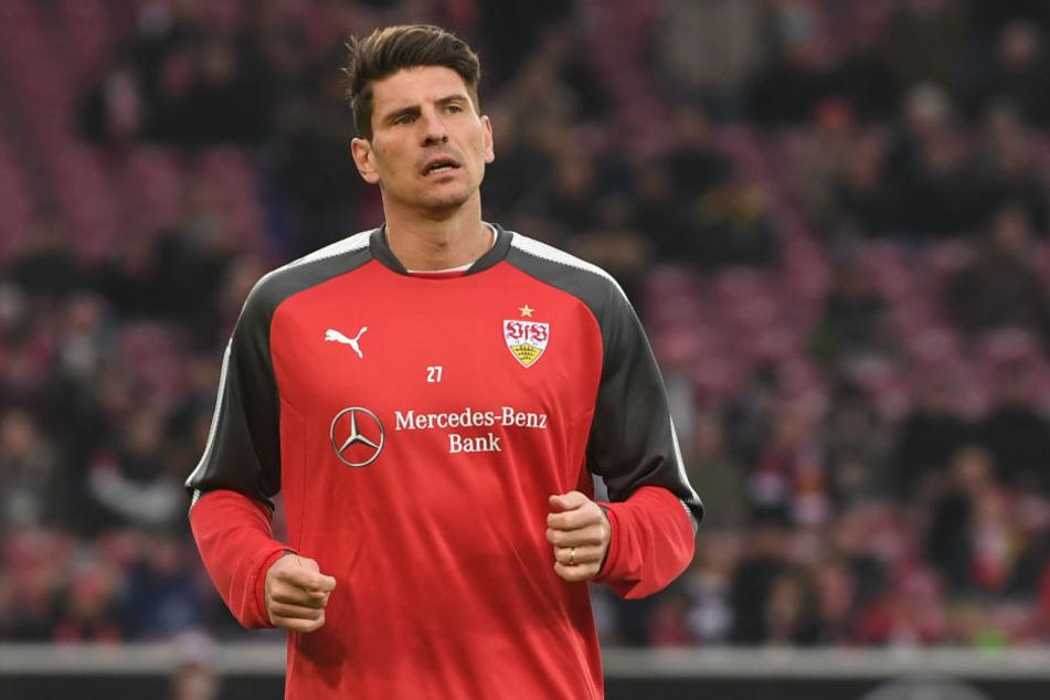 Stuttgarts Mario Gomez läuft sich im VfB-Pullover warm. (Archivbild)