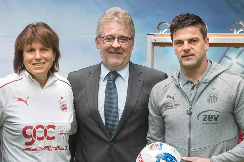 Oberbürgermeisterin Pia Findeiß (61, SPD) schlüpfte ins Sondertrikot, mit dem ZEV-Chef Volker Schneider (58) und FSV Trainer Torsten Ziegner (39, v.l.) das Stadtjubiläum unterstützen.
