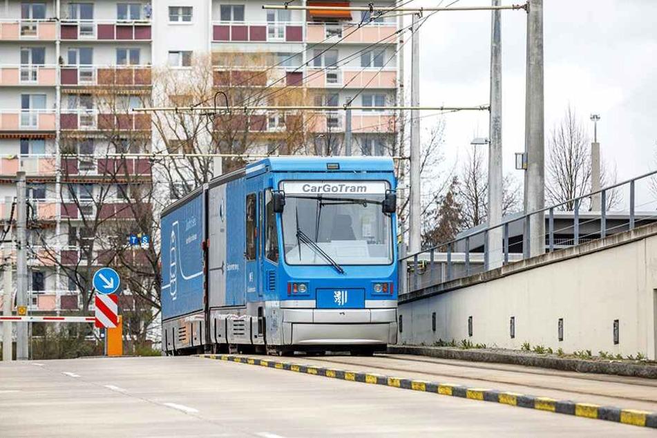 In der Gläsernen Manufaktur am Großen Garten wird die Cargo-Tram entladen, fährt dann wieder zum Lager zurück.
