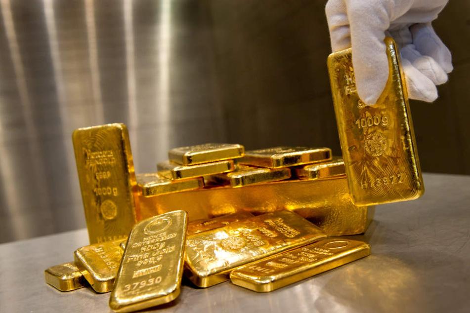Echte Golddbarren in einem Tresor. (Symbolbild)