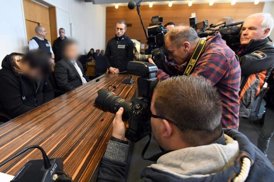 Hussein K. (links) am Donnerstag vor dem Freiburger Landgericht.