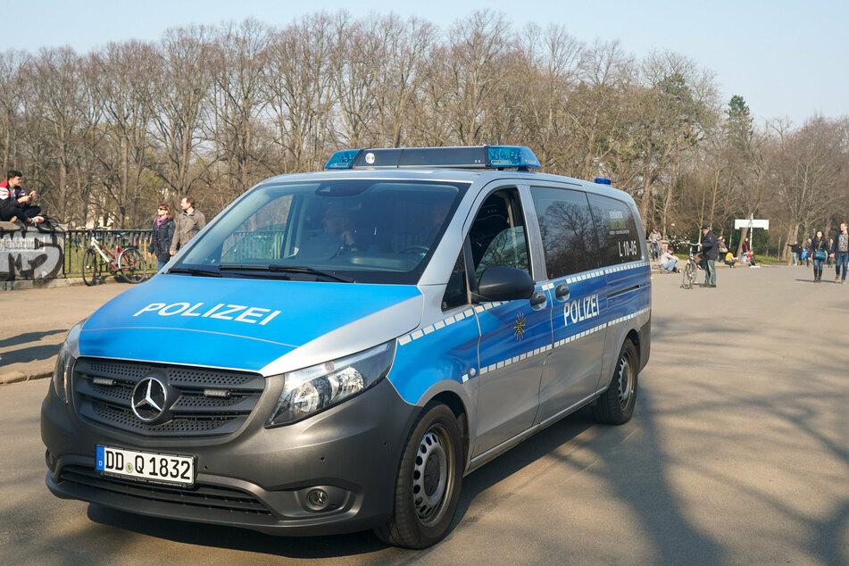 Die Polizei bei einer Kontrolle auf der Leipziger Sachsenbrücke.