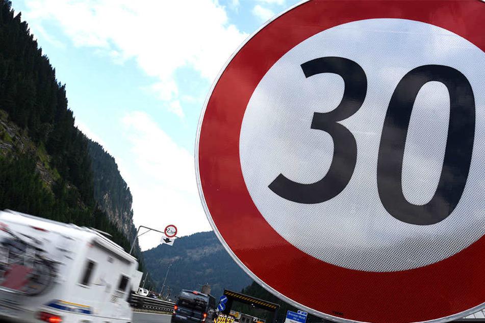 Am Brennübergang dürfen Fahrzeuge sogar nur mit Tempo 30 unterwegs sein.
