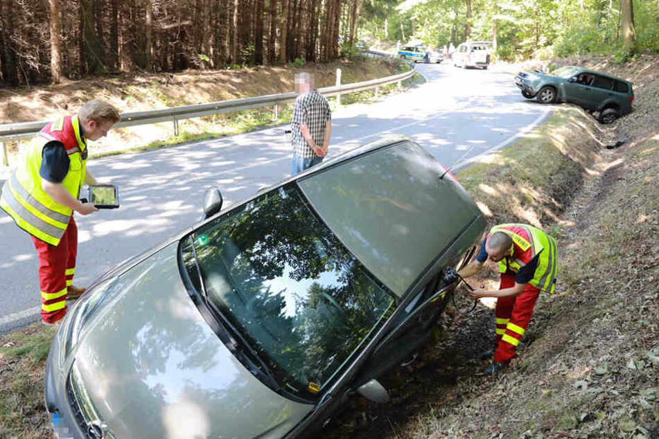 Beide Autos landeten nach dem Unfall im Straßengraben.