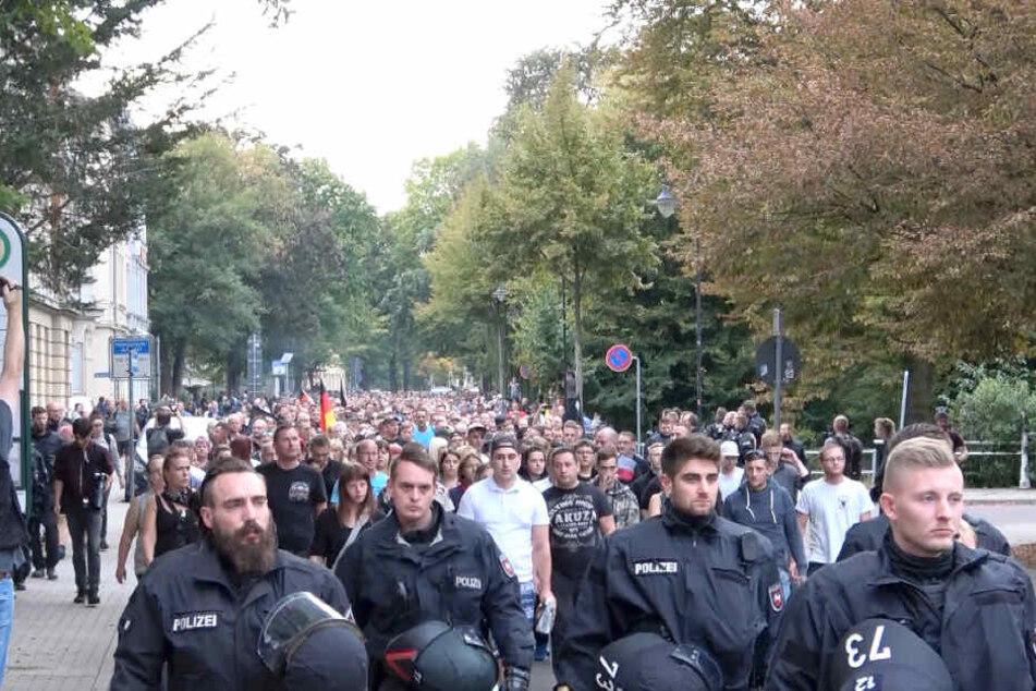 """Die Familie von Markus B. (†22) marschierte nach dem Vorfall gemeinsam mit zahlreichen Bürgern, unter denen auch Personen aus dem rechten Spektrum waren, bei einem """"Trauermarsch"""" durch Köthen."""