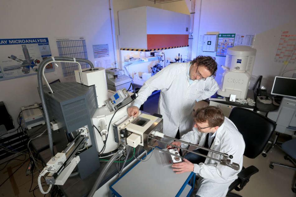 Bei ihrer Arbeit nutzen die beiden Tüftler auch ein  Raster-Elektronen-Mikroskop.