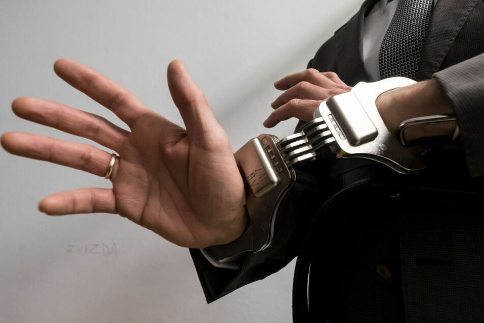 Nachdem der Fahrraddieb aggressiv wurde, wurden ihm von den Polizisten Handfesseln angelegt (Symbolbild).