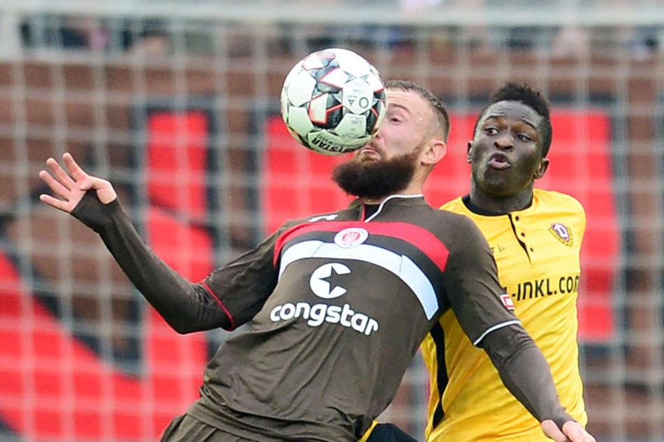 Paulis Marvin Knoll schirmt den Ball vor Dresdens Moussa Koné ab.