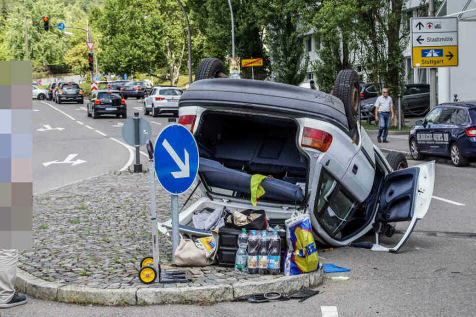 Durch den Zusammenstoß wurde der Opel zunächst gegen diese Verkehrsinsel gedrückt.