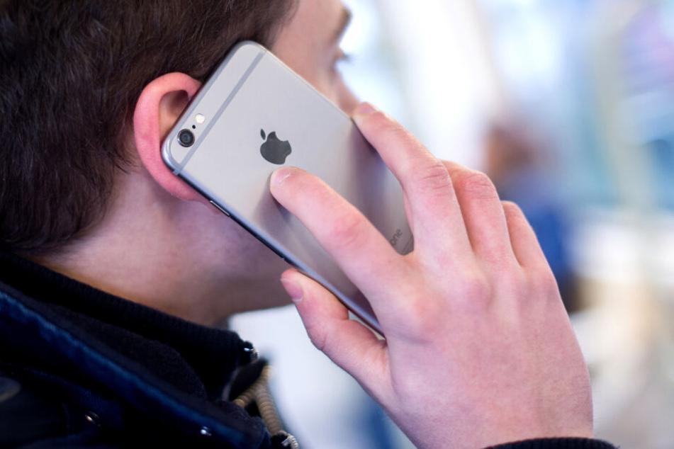 Single-Haushalte in NRW besitzen im Schnitt zwei Telefone, davon ist eins ein Smartphone. (Symbolbild)