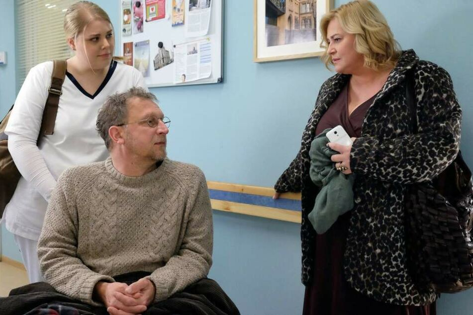 """Ausgrechnet """"Erzfeindin"""" Sieglinde Schmidt bringt den Biologen Hans Langer in die Sachsenklinik, weil er starke Schmerzen hat."""