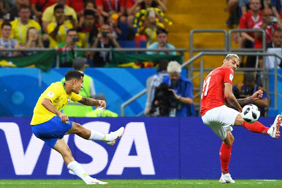 Was für eine Schusstechnik! Brasiliens Philipp Coutinho (l.) erzielt die Führung für die Selecao. Der Schweizer Valon Behrami (r.) kann den Ball nicht mehr blocken.