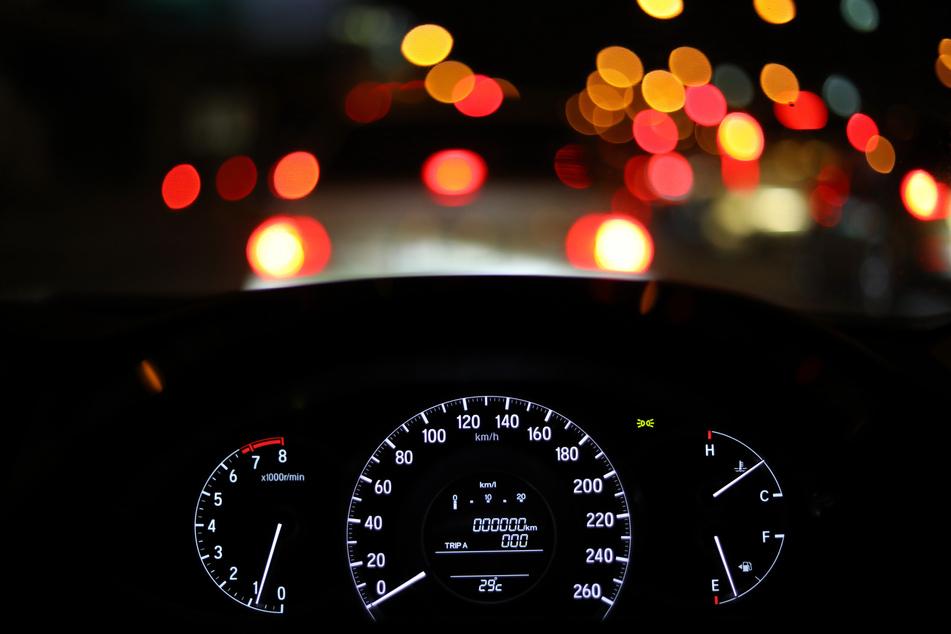 Sturzbetrunken: 20-Jährige rammt drei geparkte Autos und überschlägt sich