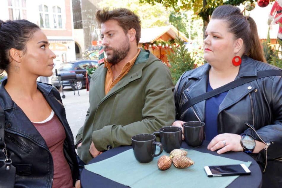 Shirin (Gamze Senol) und John (Felix von Jascheroff) müssen sich von Nicole (Manuela Wisbeck) verabschieden.